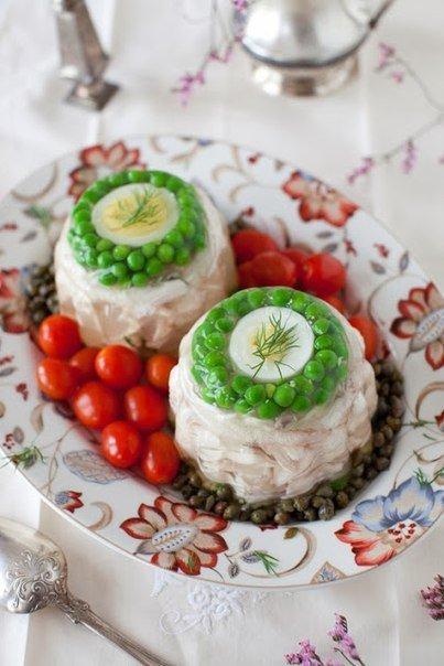 Новогоднее заливное из курицы с яйцом и зеленым горошком
