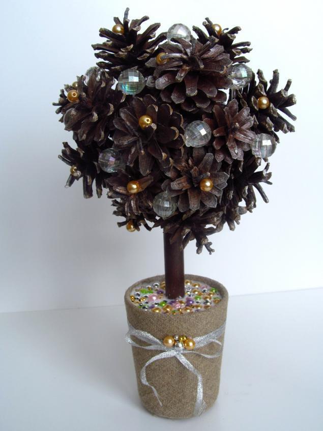 Простое новогоднее деревце из шишек