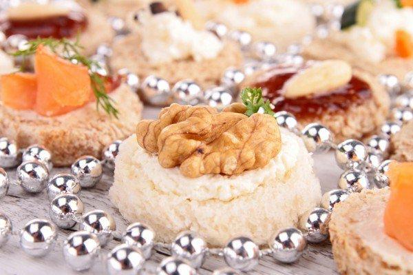 Простые новогодние канапе с орехами и сыром