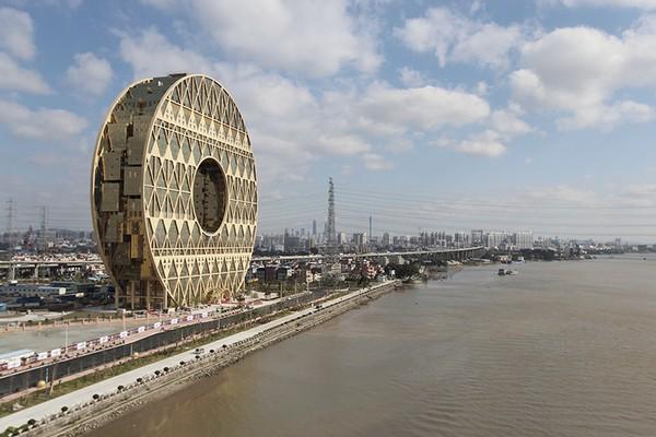 В Китае открылся необычный небоскреб в виде золотого пончика