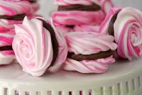 Розы-безе с клубничным ганашем