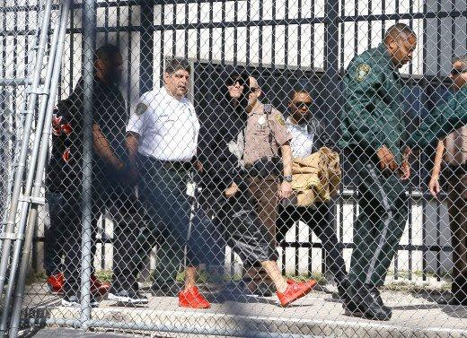 Джастин Бибер в тюрьме, а Леди Гага призывает монстров поддержать белиберов