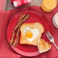 Идея для завтрака на День святого Валентина: яичница в тосте