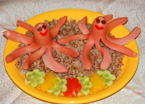 Вариант детского завтрака с сосисками и гречкой