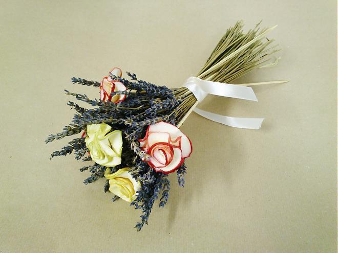 Как сделать розы из яблок для декора букетов