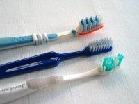 Как можно использовать зубную щетку для уборки дома