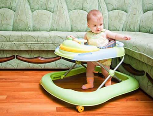 Когда  сажать ребенка в ходунки?