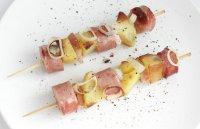 Блюдо на 23 февраля: картофель с колбасками на шпажках