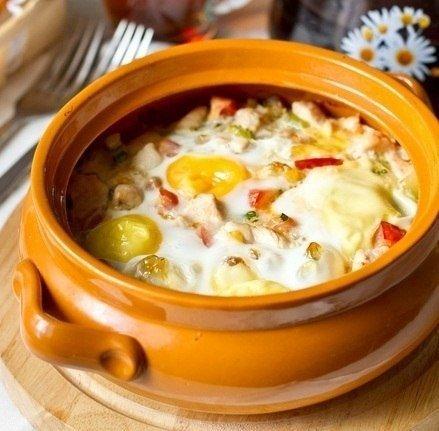 Яйца с курицей и овощами