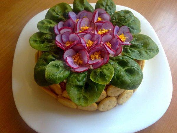 Идея для салата «Цветы на 8 Марта»