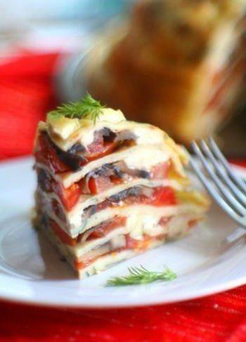 Блинный торт с помидорами, грибами и сыром