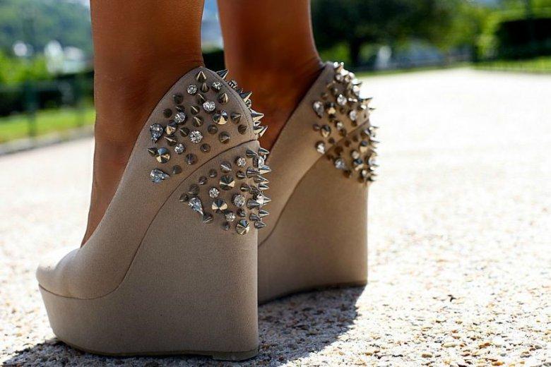 С чем носить туфли с шипами