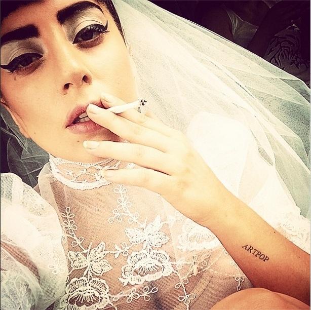 Леди Гага в свадебном платье: к чему бы это?