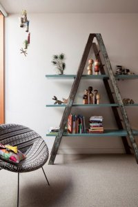 Садовая лестница в качестве подставки для полок