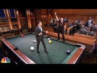 Хью Джекман играет в бильярд-боулинг на шоу Джимми Феллона