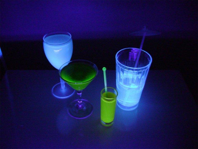 Идея для вечеринки на Хэллоуин: светящиеся напитки