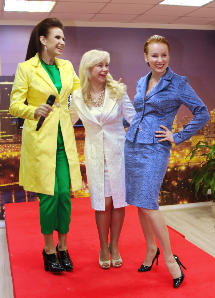 Елена Воробей станцевала на стуле под трек Lady Gaga, а Эвелина Бледанс и Жанна Эппле примерили кожу питона.