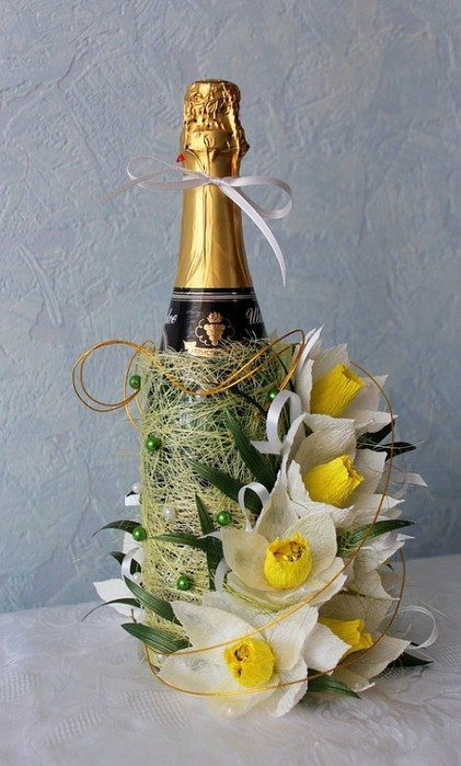 Нарциссы из гофрированной бумаги и конфет на 8 Марта