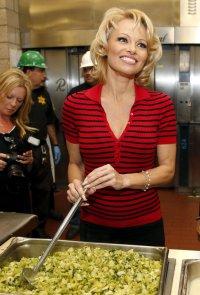 Памела Андерсон накормила заключенных вегетарианским обедом