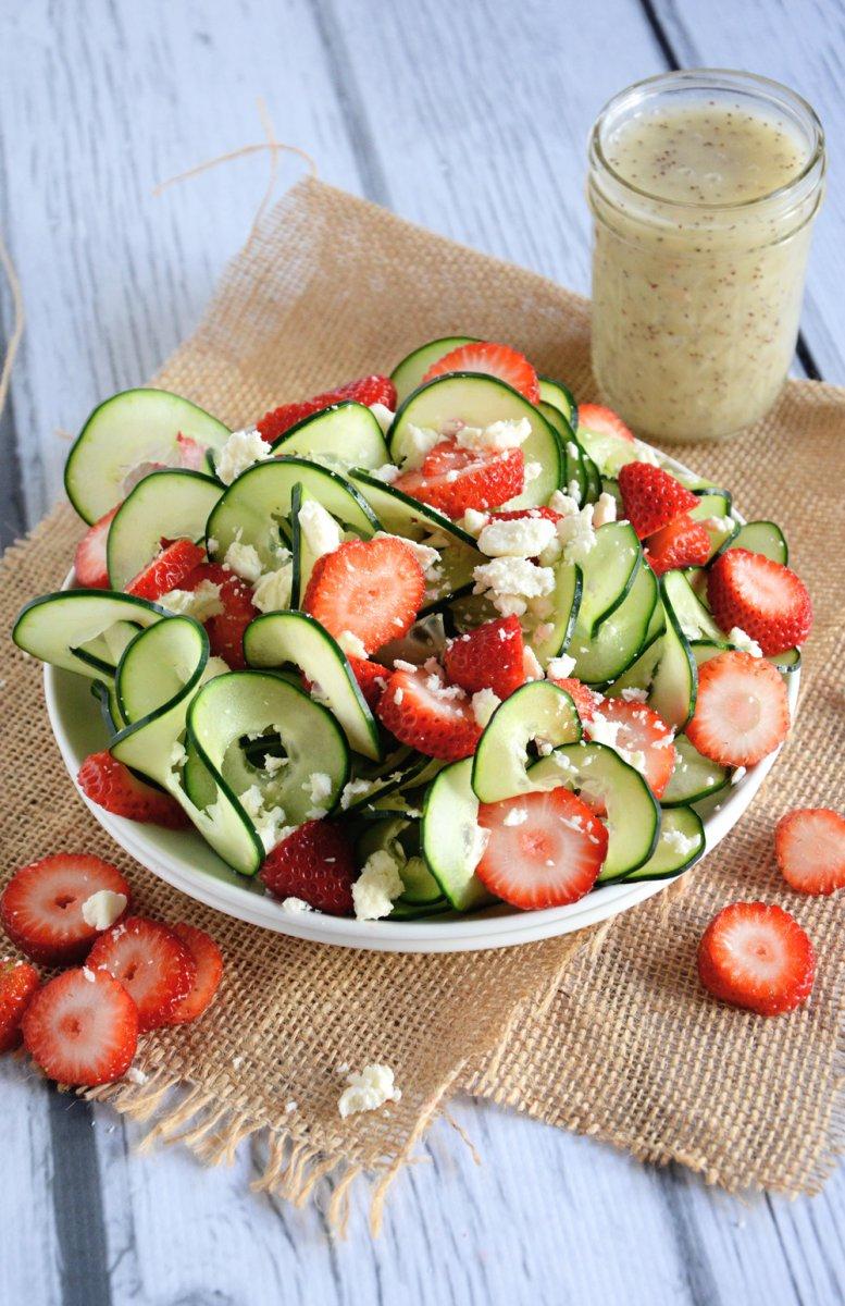 Летний салат из огурцов и клубники