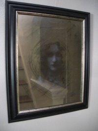 Украшение комнаты на Хэллоуин: привидение в зеркале
