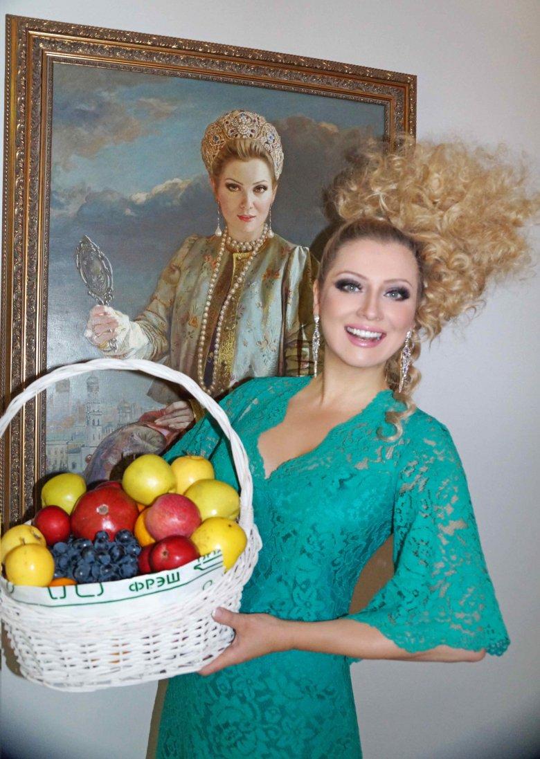 Лене Лениной дарят фрукты вместо цветов