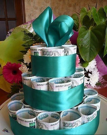 Идея для креативного подарка: торт из денег