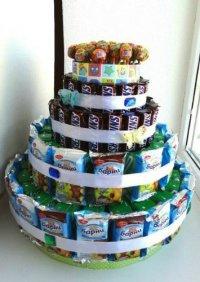 Идея для празднования детского дня рождения в саду: торт из сока и конфет