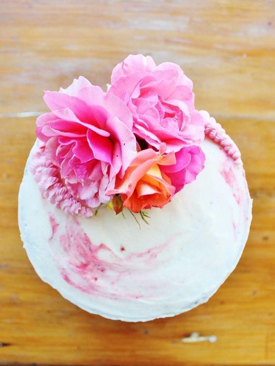 Как правильно использовать живые цветы для украшения тортов