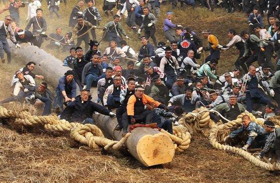 Необычный фестиваль Онбасира в Японии