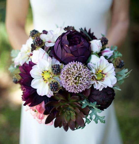 Букет невесты с темными цветами